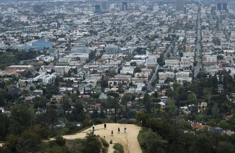 अमेरिकी क्यालिफोर्नियाँ (फेसन्यू सामान्य एएमिडमा) कोरोनाभाइरस विरुद्ध लकडाउन