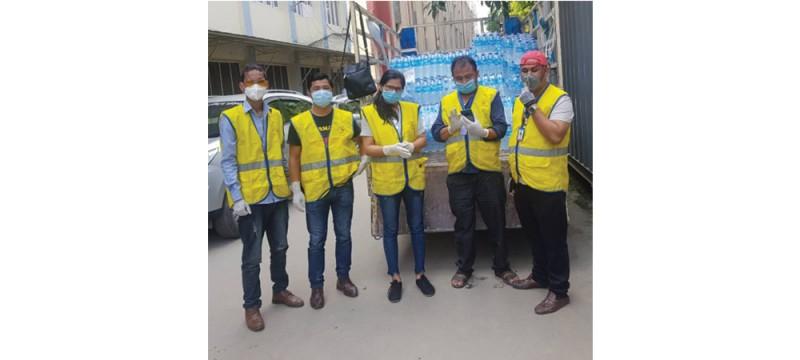 नेपाल स्वयंसेवक संघद्वारा अस्पतालमा उपचारार्थ बिरामीहरूलाई पानी वितरण